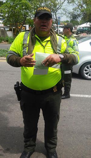 policia-transito-saca-comparendo