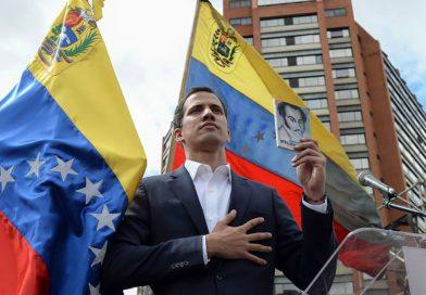 Juan Guidó jura como presidente interino de Venezuela. Mandatarios de América lo reconocen.